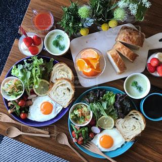 美味しいパンと野菜とスープで朝ごはんの写真・画像素材[1052221]