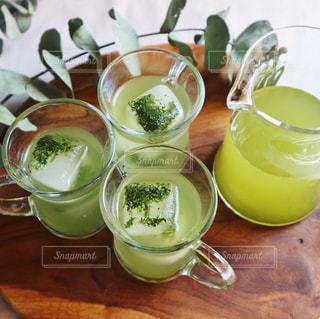 チャイグラスに入れた冷たい緑茶の写真・画像素材[1053520]
