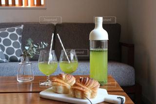 パンと水出し緑茶の写真・画像素材[1055891]