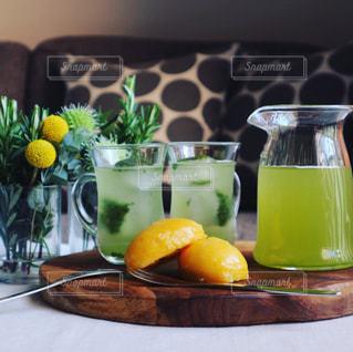 冷たい緑茶でおうちカフェの写真・画像素材[1056710]