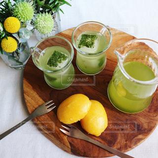 冷たい緑茶でおうちカフェの写真・画像素材[1056711]