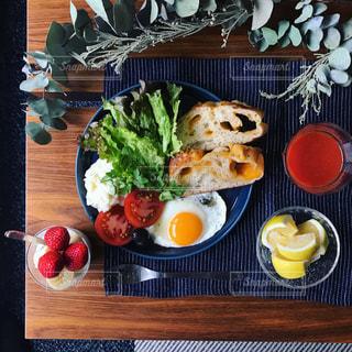 朝ごはんのテーブルフォトの写真・画像素材[1069995]
