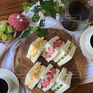 食品とコーヒーのカップのプレートの写真・画像素材[1156192]