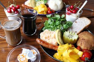 テーブルの上に食べ物のプレートの写真・画像素材[1243780]