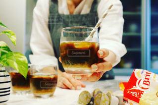 飲み物を差し出す手の写真・画像素材[1258034]