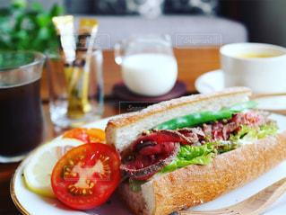 ネスカフェのコーヒーで朝ごはんの写真・画像素材[1281433]