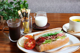 サンドイッチとコーヒーのカップ食品のプレートの写真・画像素材[1289825]