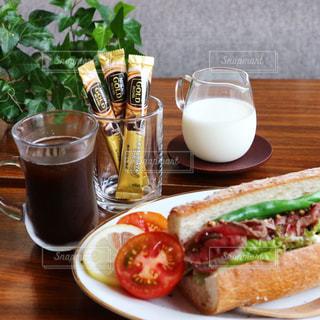 バゲットサンドとコーヒーで朝ごはんの写真・画像素材[1289896]