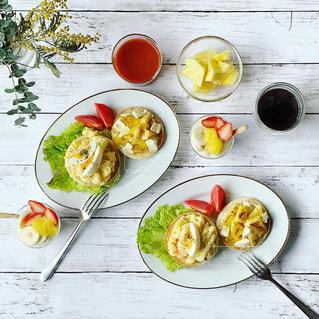 マカロニ玉子サラダと焼きパイナップルを乗せたイングリッシュマフィンの写真・画像素材[1829263]