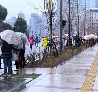 雨,傘,ランニング,マラソン,応援,東京マラソン,マラソン大会,ランナー,沿道,マラソンランナー