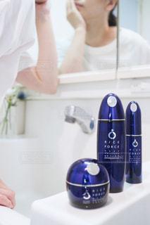 カメラに向かってポーズをとる鏡の前で歯を磨く人の写真・画像素材[2336216]