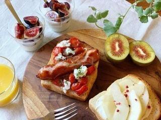 食べ物,朝食,パン,果物,トマト,チーズ,キウイ,オープンサンド,ソーセージ,ラフランス,ジョンソンヴィル