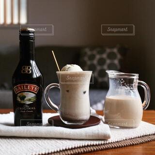 テーブル,ボトル,ドリンク,ほうじ茶,アイスミルクティー,アイスフロート,ほうじ茶ミルクティー,ベイリーズ,ドリンクアレンジ