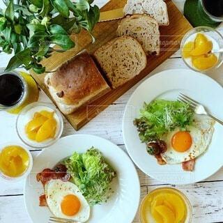 食べ物,テーブル,フルーツ,果物,料理,朝ごはん,ヘルシー,メインディッシュ,鶏肉料理,チキンソテー