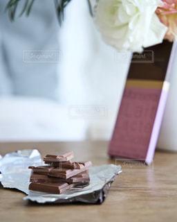 テーブルの上に座っているケーキの写真・画像素材[1754126]