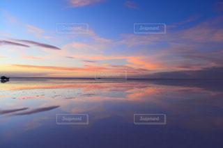 水の体に沈む夕日の写真・画像素材[1820393]