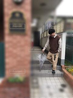 建物の隣に歩道を歩いて人の写真・画像素材[1708061]