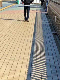 陸橋を歩く人の写真・画像素材[1820646]