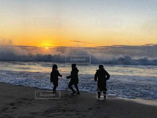 女性,海,空,太陽,テトラポッド,波打ち際,波,海岸,光,人物,日の出,波しぶき,追いかけっこ,三人