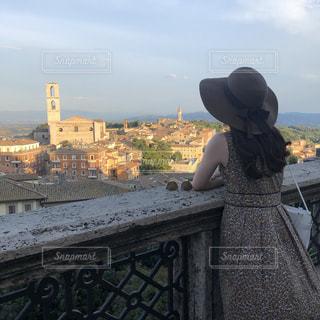 空,夏,ワンピース,後ろ姿,ヨーロッパ,シルエット,女の子,街,麦わら帽子,イタリア,夕暮れ時
