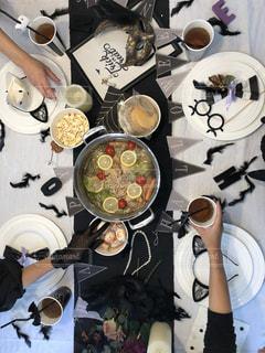 食品のプレートをテーブルに座っている人々 のグループの写真・画像素材[1698825]