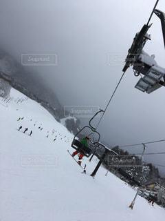 スキー場のリフト、スノボを履いての写真・画像素材[1713343]