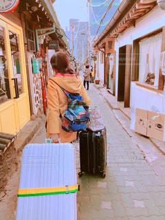 後ろ姿,鮮やか,壁,韓国,海外旅行,旅立ち,帰り,色・表現,益善洞韓屋村