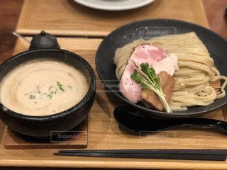 木製のテーブルの上に食べ物のボウルの写真・画像素材[1789918]