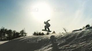 冬,雪,晴天,ジャンプ,雪山,山,シルエット,高校生,大学生,休日,スノーボード,スキーウェア,冬休み