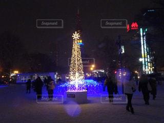 雪の夜にスキーに乗っている人のグループの写真・画像素材[1732060]