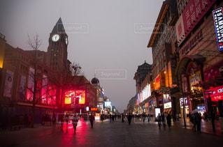 風景,建物,冬,夜,夜景,屋外,海外,道路,時計,景色,観光,都会,ライトアップ,道,旅行,中国,明るい,海外旅行,通り,北京,フォトジェニック,王府井,インスタ映え