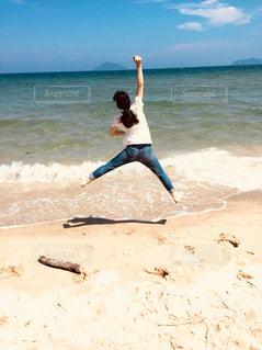 海,空,夏,青,ジャンプ,波,女の子,浜辺,旅行,キャンプ,ポニーテール,遊び,夏休み,BBQ,デニム,半袖,高く