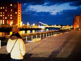 海,冬,カメラ,夜,夜景,後ろ姿,反射,女の子,光,都会,キラキラ,キャップ