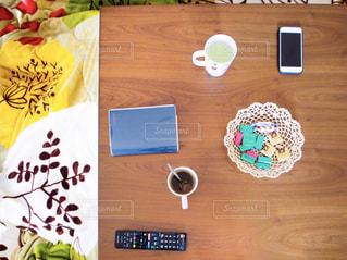 近くに木製のテーブル上の項目のの写真・画像素材[1746964]