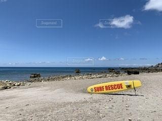 砂浜の上の黄色いボートの写真・画像素材[2366933]