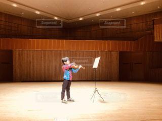 バイオリンを弾く少年の写真・画像素材[1706243]
