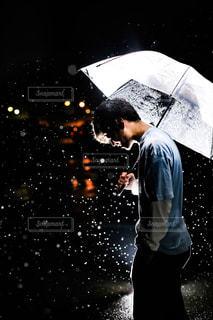 男性,20代,春,夜,雨,駐車場,男,ストロボ