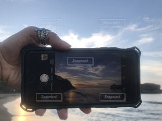 カメラを持った手の写真・画像素材[2290250]