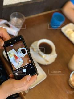 携帯電話を持つ手の写真・画像素材[2307333]