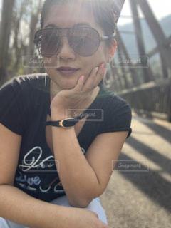 自分撮りをするサングラスをかけている人の写真・画像素材[2309845]