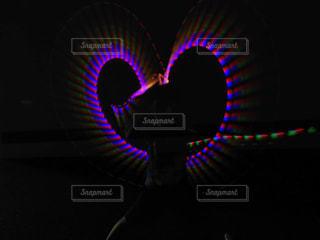 夜間に信号が点灯するの写真・画像素材[2358379]