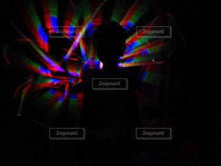 暗い部屋にいる人の写真・画像素材[2358408]