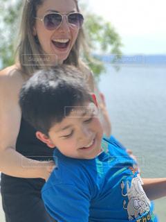 水の前に立つ小さな女の子の写真・画像素材[2372063]