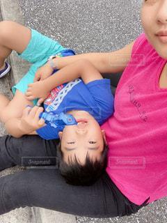 赤ん坊を抱いている小さな女の子の写真・画像素材[2372078]