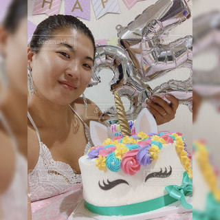 バースデーケーキを持っている女性の写真・画像素材[2379620]