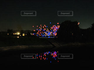 夜の赤い信号の写真・画像素材[2387283]