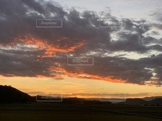 水の体の上の夕日の写真・画像素材[2424947]