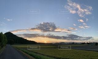 草原の夕日の写真・画像素材[2425056]