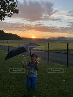 水域の前で凧を飛ばす少年の写真・画像素材[2427621]