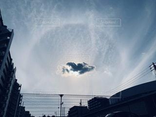 都市の上にそびえ立つ大きな時計塔の写真・画像素材[2432873]